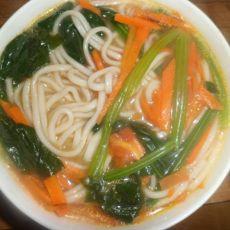 红萝卜菠菜汤面条的做法