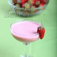 草莓火龙果奶昔