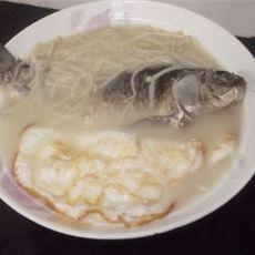 荷包蛋金针菇滚鲫鱼汤的做法