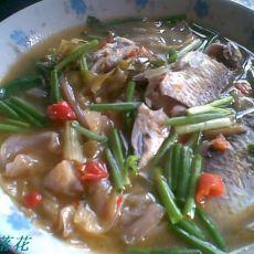 泡菜煮鲫鱼的做法