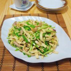 蒜苗炒豆腐皮的做法
