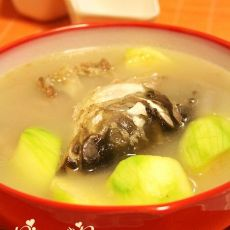 西葫芦滚鱼头汤的做法
