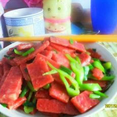 辣椒炒火腿肠的做法