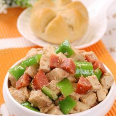 青椒红肠虾酱炒豆腐的做法