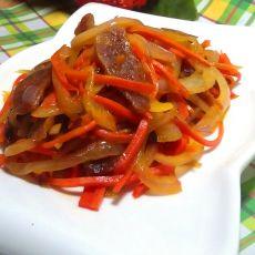 红萝卜洋葱炒腊肠的做法