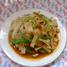 西红柿青椒炒豆腐皮的做法