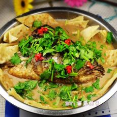 美味鱼头泡饼锅