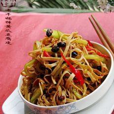 私家开胃小拌菜---老干妈拌黄瓜豆腐皮的做法