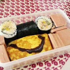 健康盒饭――金枪鱼寿司卷和煎蛋沙拉