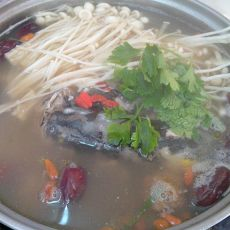 红枣鱼头火锅的做法