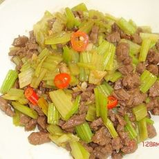 芹菜炒牛肉粒的做法