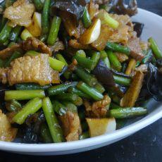 蒜苔木耳炒肉的做法