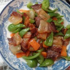 腊肉炒青椒红箩卜