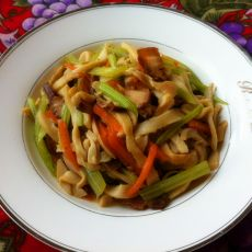 芹菜杏鲍菇炒腊肉的做法