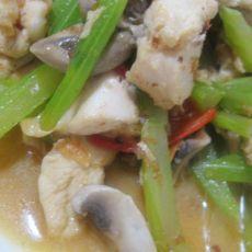 草菇西芹炒鸡肉