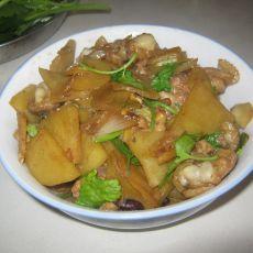 土豆片炒鸡腿丁