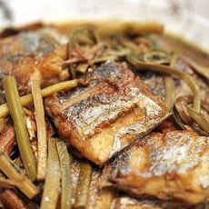 蕨菜烧带鱼