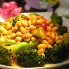西兰花煮黄豆的做法