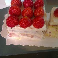 正方形草莓隔心奶油蛋糕