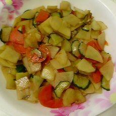 黄瓜胡萝卜炒土豆的做法
