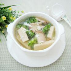 鲜菇西兰花滚咸蛋汤
