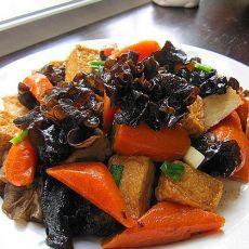 黑木耳红萝卜焖豆腐鱼饼