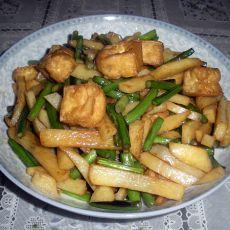 土豆蒜苗焖豆泡的做法