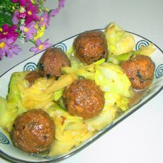 卷心菜烩丸子的做法