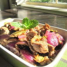 香料洋葱炒羊肩肉的做法