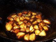 素菜荤吃的红烧土豆的做法步骤:7