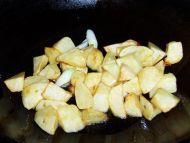 素菜荤吃的红烧土豆的做法步骤:5