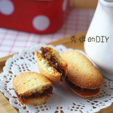 巧克力榛子酱杏仁夹心蛋白饼干